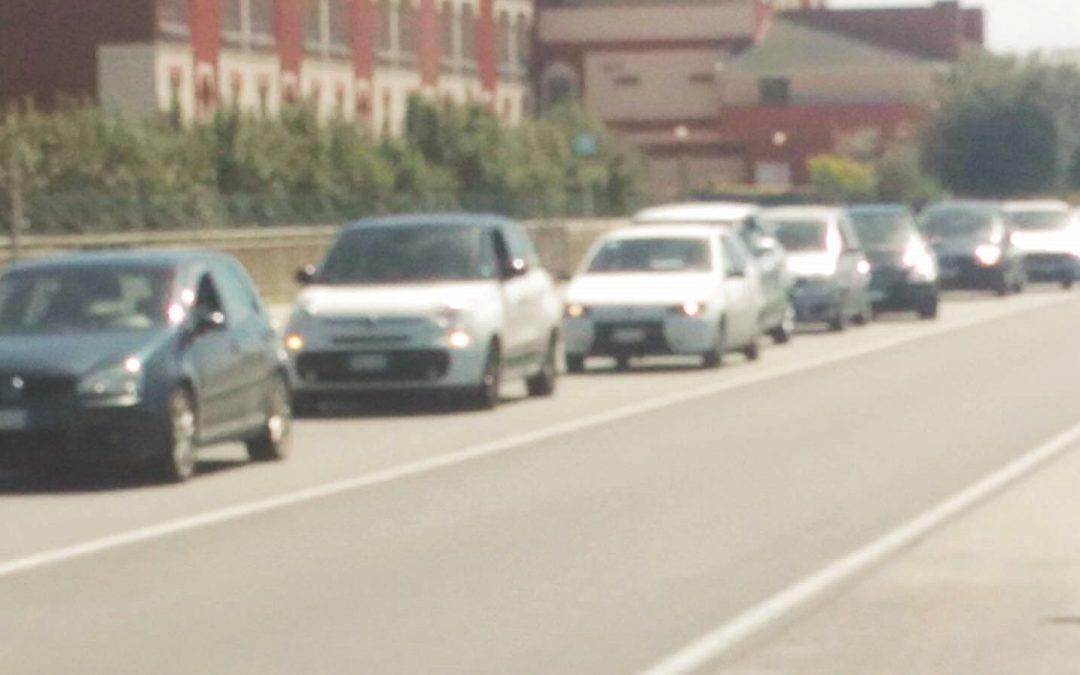 Il giorno di Pasquetta in vacanza sulla statale 18  Traffico in tilt ad un semaforo: Calabria in ginocchio