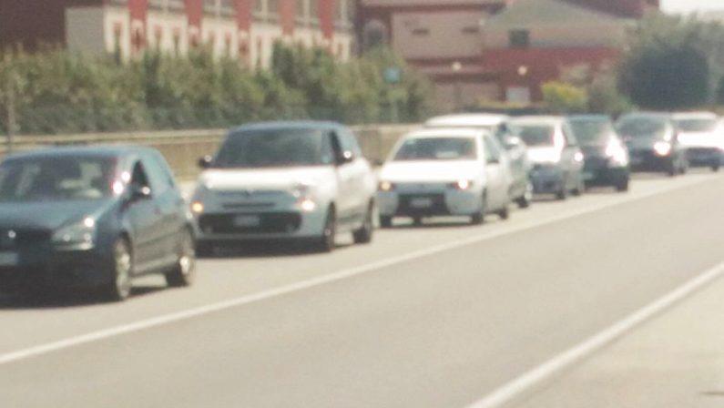 Il giorno di Pasquetta in vacanza sulla statale 18Traffico in tilt ad un semaforo: Calabria in ginocchio