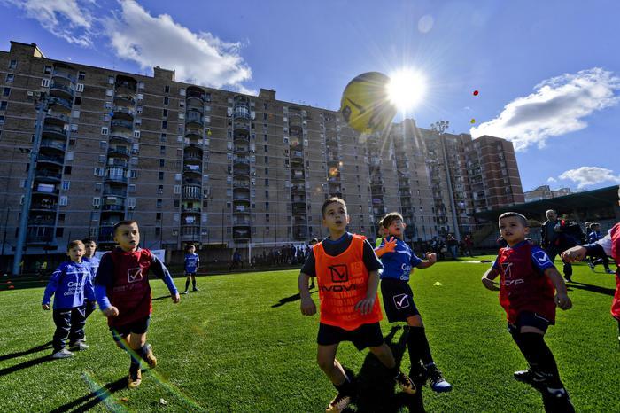 Torna il calcio a Scampia, stadio agibile con 10mila pneumatici riciclati