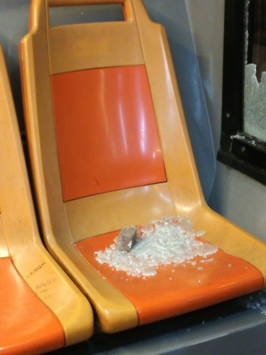 Napoli, tornano in azione le baby gang:sassaiola contro bus Anm