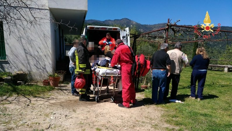 Resta incastrato con una gamba nel motozappa   Soccorsi salvano un uomo nel Catanzarese