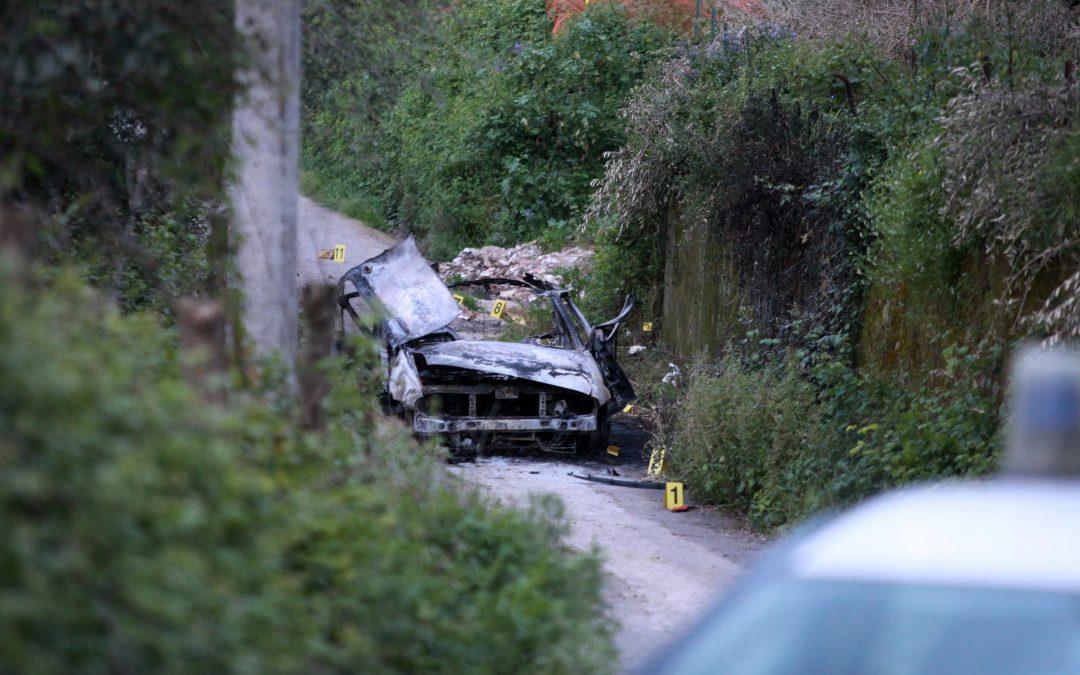 L'auto devastata dall'esplosione