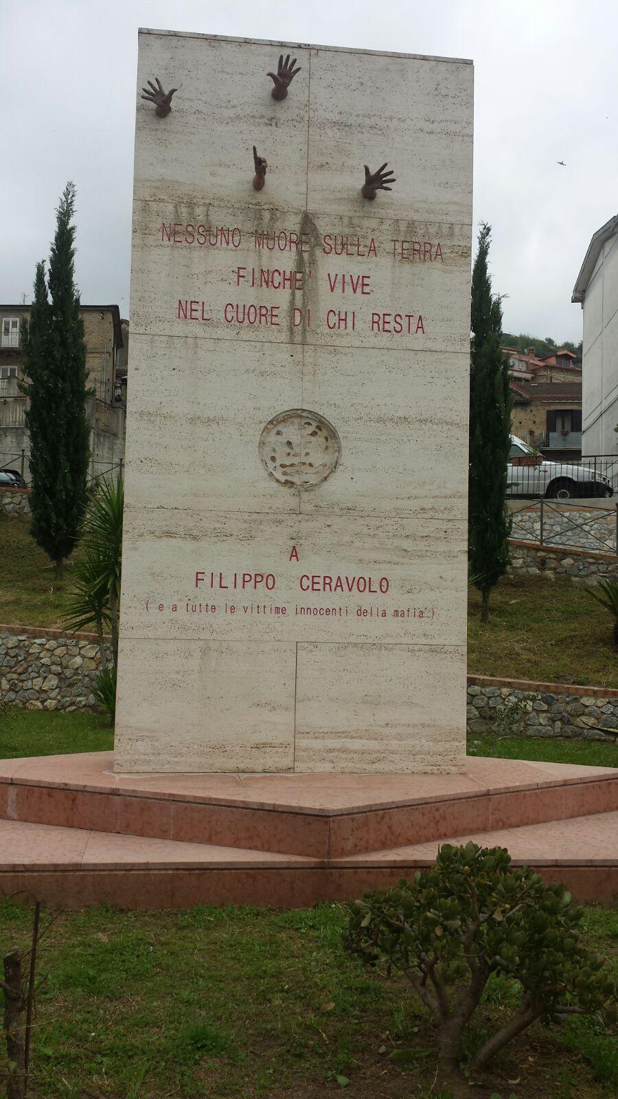 Danneggiata la stele in memoria di Filippo CeravoloIl giovane vibonese è vittima innocente di mafia