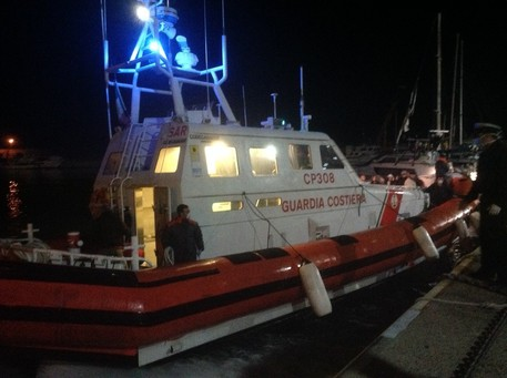 I migranti arrivano fino in spiaggia nel RegginoOttanta giunti con un'imbarcazione che si è arenata