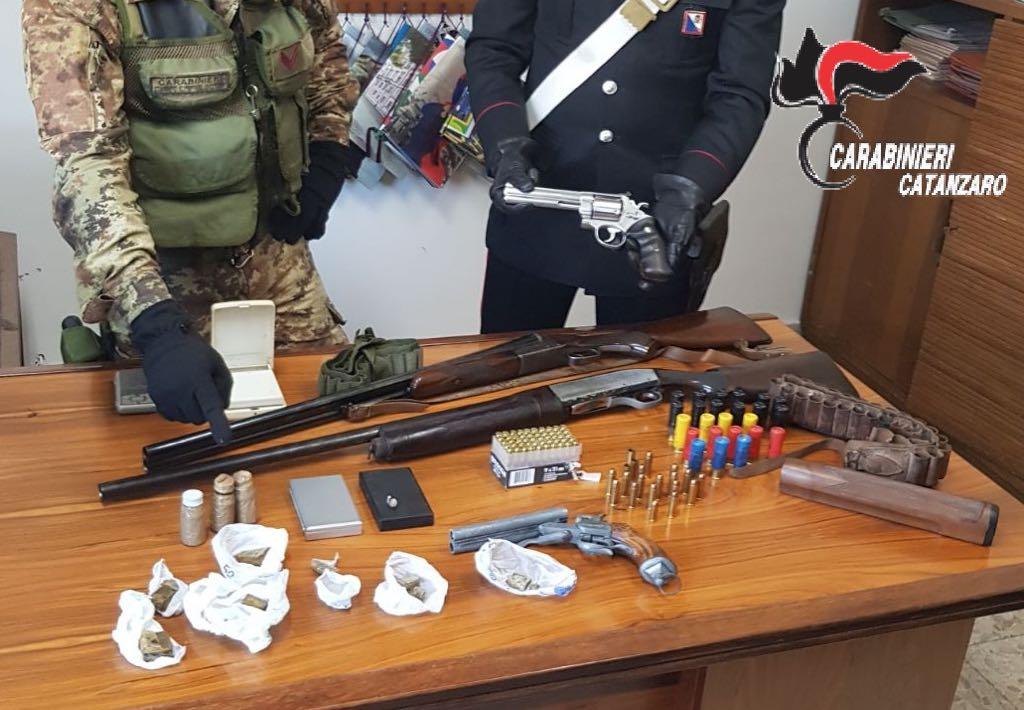 Armi e droga nascosti in una zona di campagnaI carabinieri scoprono un arsenale nel Catanzarese