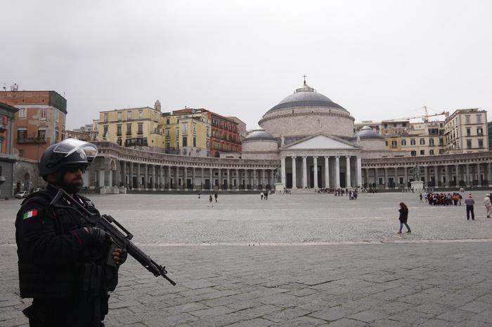 Terrorismo a Napoli, fermato un migrante: dovevo lanciarmi con auto su folla