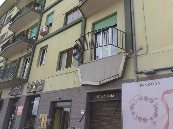 Cede un balcone a Catanzaro Lido, 5 persone feriteL'edificio interessato dal crollo ospita abitazioni e uffici