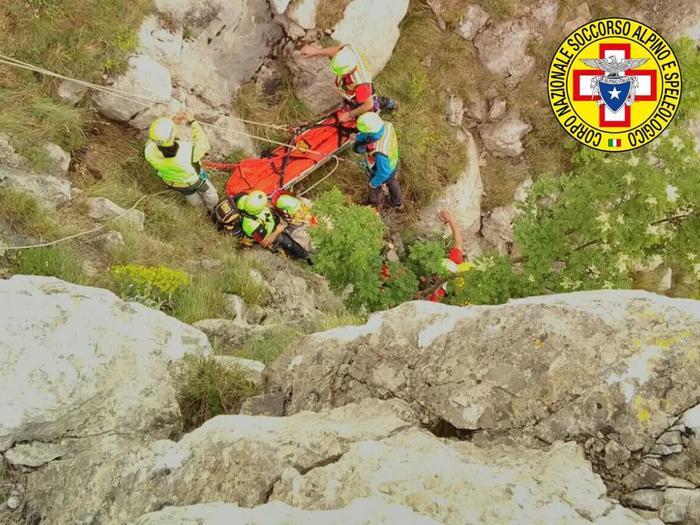 Attimi di paura sul Panno Bianco nel Parco nazionale del Pollino  Una escursionista precipita per 25 metri ma viene salvata