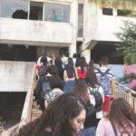 Gli studenti entrano all'interno delle Vele di Scampia.jpg