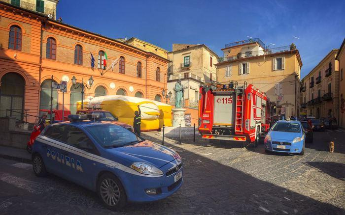 Operai licenziati minacciano di gettarsi dal tettoDodici persone protestano al Comune di Corigliano