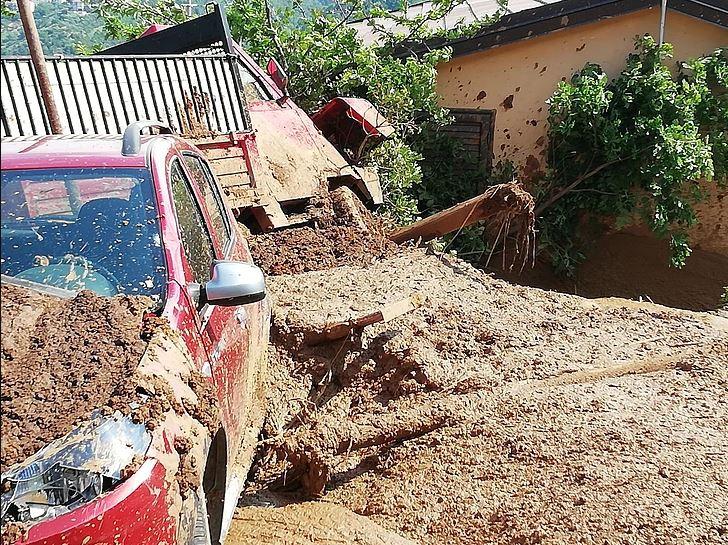 Esplode conduttura Abatemarco e provoca una franaDetriti investono un'abitazione, ferito un uomo