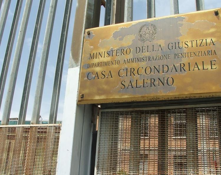 Rissa detenuti al carcere di Salerno, due agenti feriti
