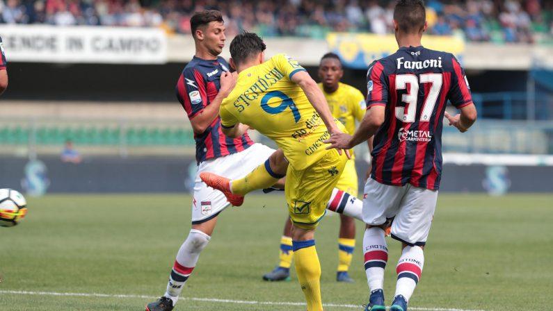 «Sospendete le partite del Chievo in Serie A»: l'appello del Crotone alla Figc, al Coni e alla Lega
