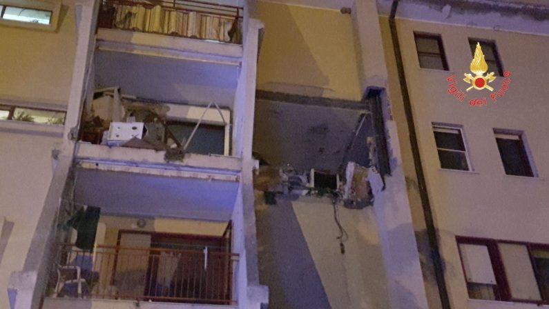 Esplosione per fuga di gas in uno stabile di Crotone  Sventrato appartamento: un morto e diversi feriti