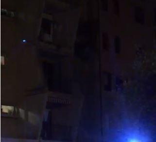 VIDEO - Appartamento sventrato da un'esplosione a Crotone: morti e feriti