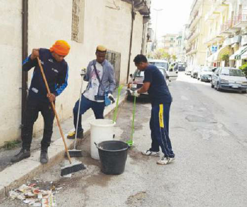 I tre migranti volontari che puliscono le strade di Matera per due giorni alla settimana