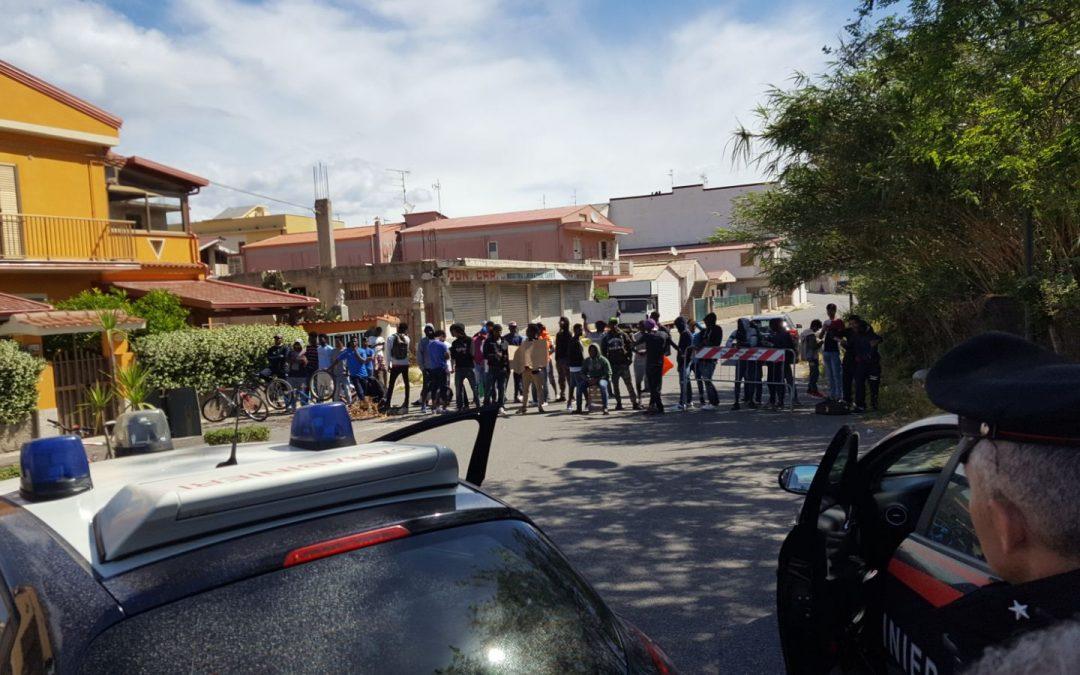 Immigrati minorenni protestano e bloccano strada  Chiedono pagamenti rimborsi giornalieri, disagi a Vibo