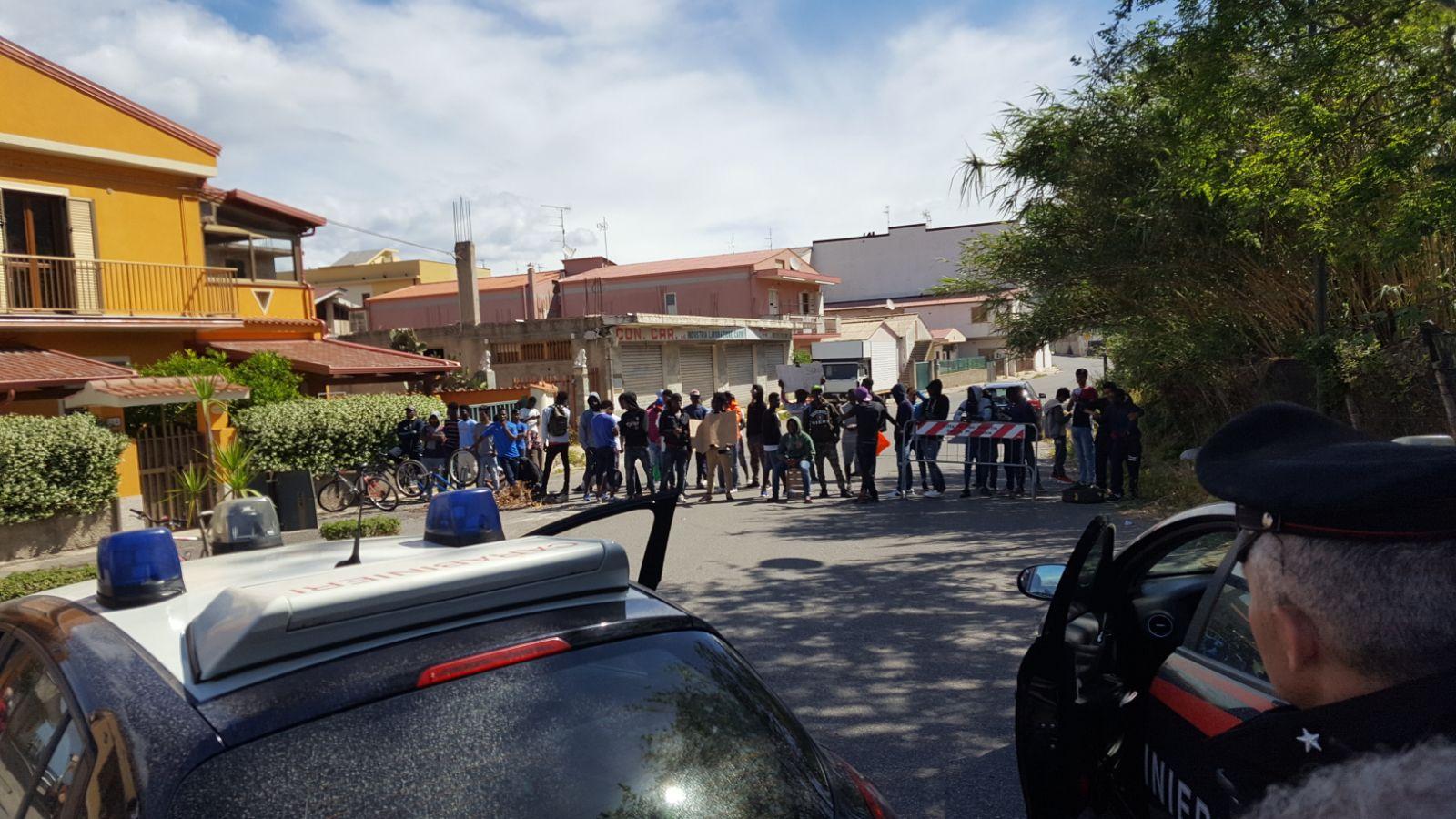 Immigrati minorenni protestano e bloccano stradaChiedono pagamenti rimborsi giornalieri, disagi a Vibo