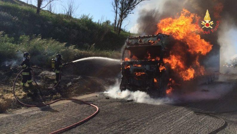 Tir in fiamme in autostrada nei pressi di Falerna  Tanta paura sull'A2 e disagi per gli automobilisti