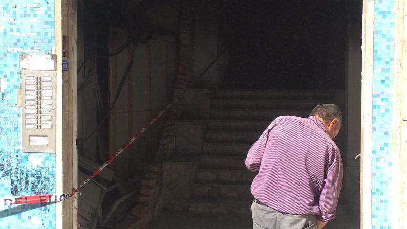 FOTO - Attentato a Cosenza, bomba distrugge alcuni negozi in centro