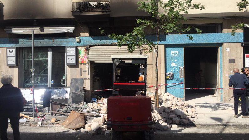 Attentato a Cosenza, bomba distrugge alcuni negozi Ordigno piazzato in un bar, ingenti danni alla struttura
