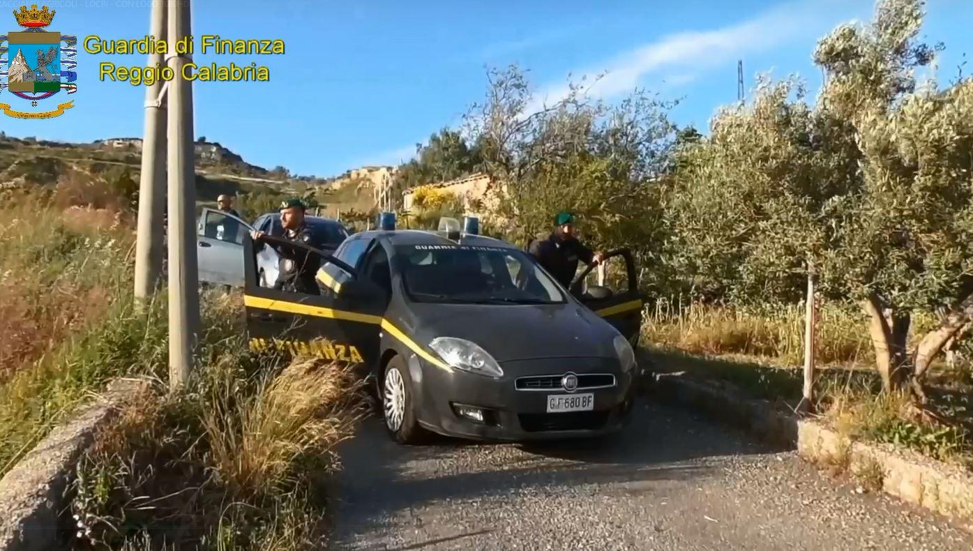 Azienda reggina dichiara decine di braccianti agricoliDenunciate 31 persone, sequestrati i beni