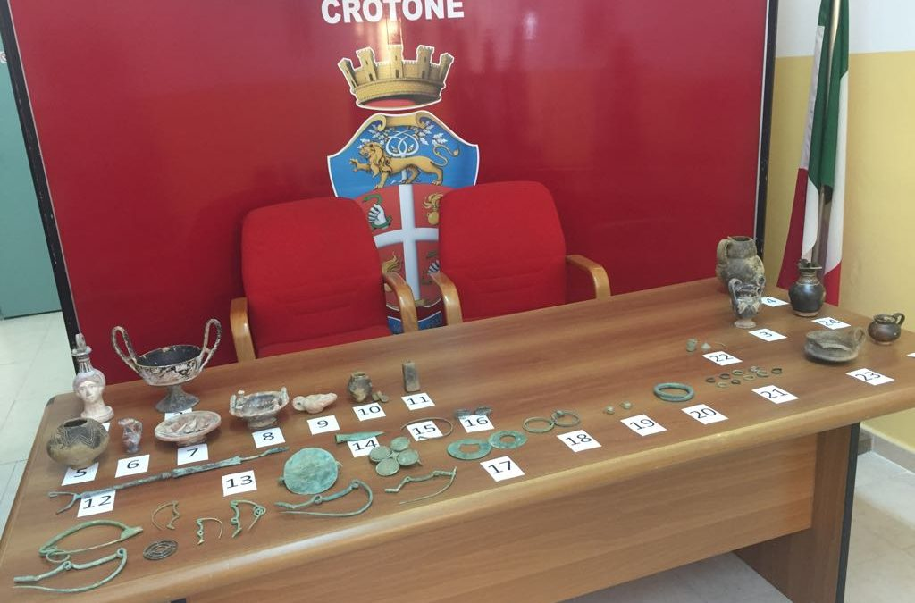 Preziosi reperti archeologici scoperti in una stalla  Carabinieri denunciano un uomo nel Crotonese