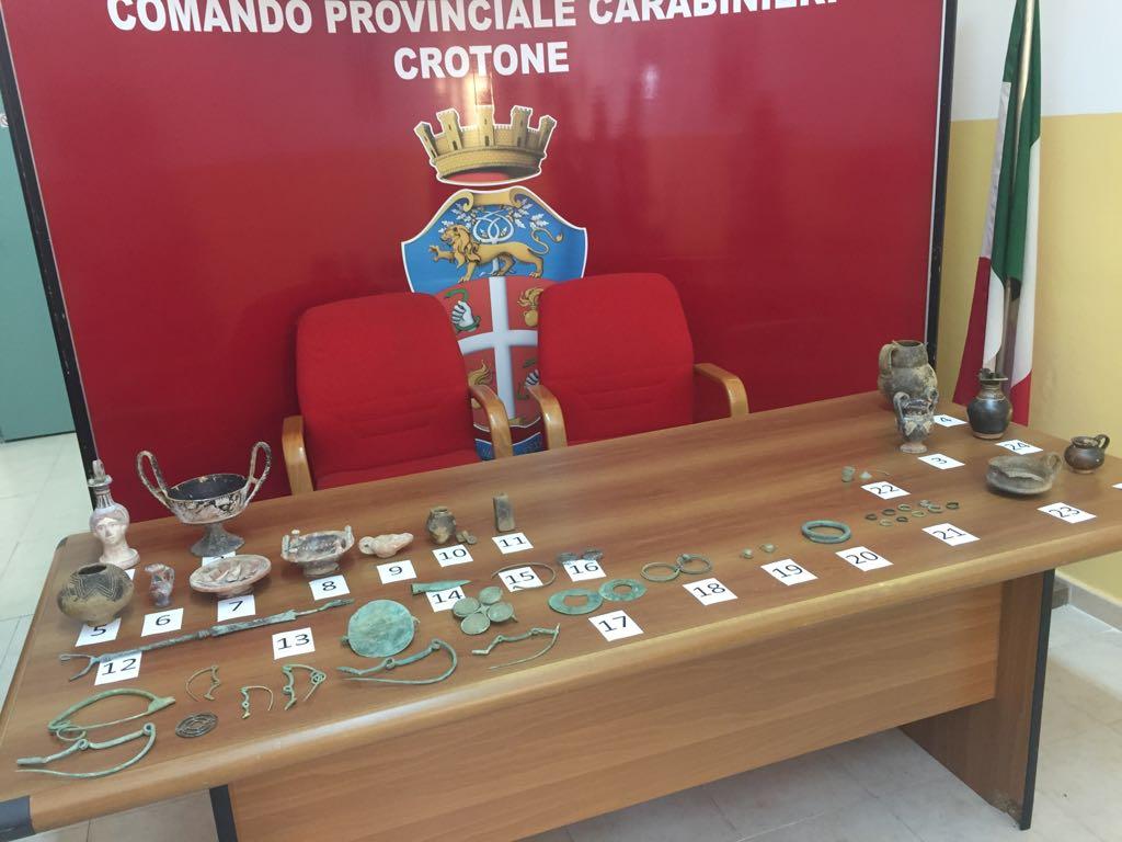 Preziosi reperti archeologici scoperti in una stallaCarabinieri denunciano un uomo nel Crotonese