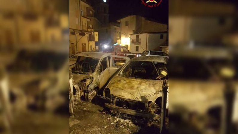 Mesoraca, in fiamme due auto in pieno centroIndagano i carabinieri, incendio domato con difficoltà