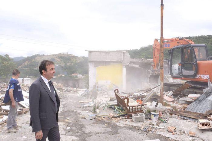 Il sindaco Occhiuto durante la demolizione