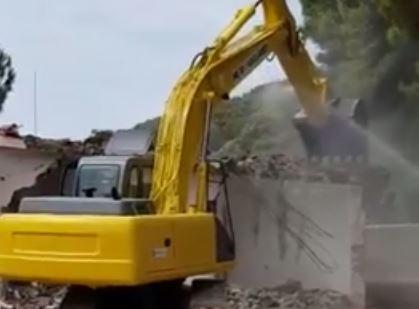 VIDEO - Dopo 25 anni demolite le villette di Campione di Crotone