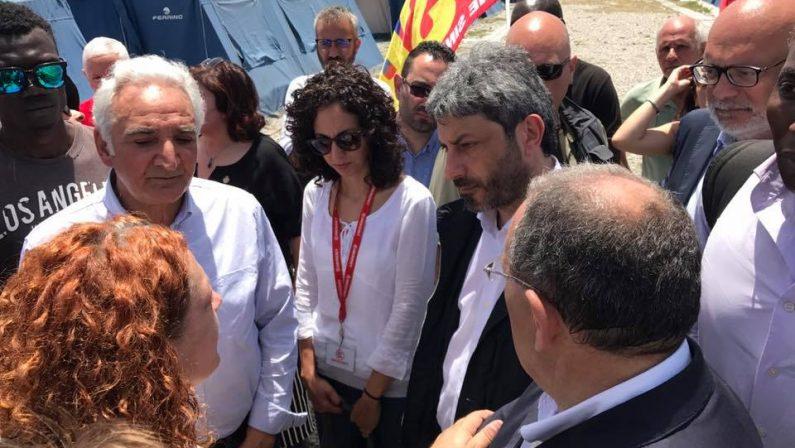 Immigrati, il presidente Fico visita la baraccopoli«Aiuto a famiglia Sacko. Europa ci ha lasciati soli»