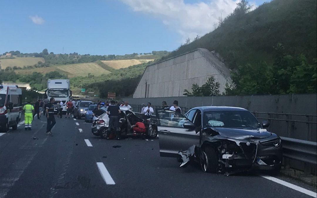 FOTO – Incidente stradale sull'A2 del Mediterraneo  Le immagini dello scontro, coinvolti un camion e 2 auto