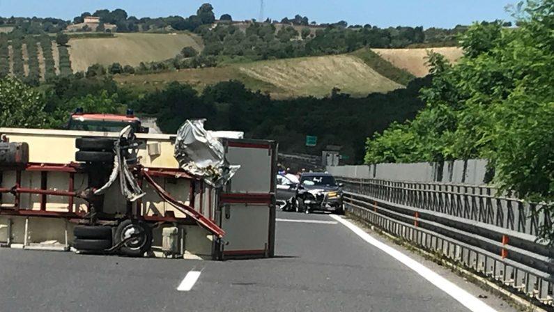 Incidente stradale sull'A2 del Mediterraneo nel viboneseCoinvolti un camion e due auto, tre le persone ferite