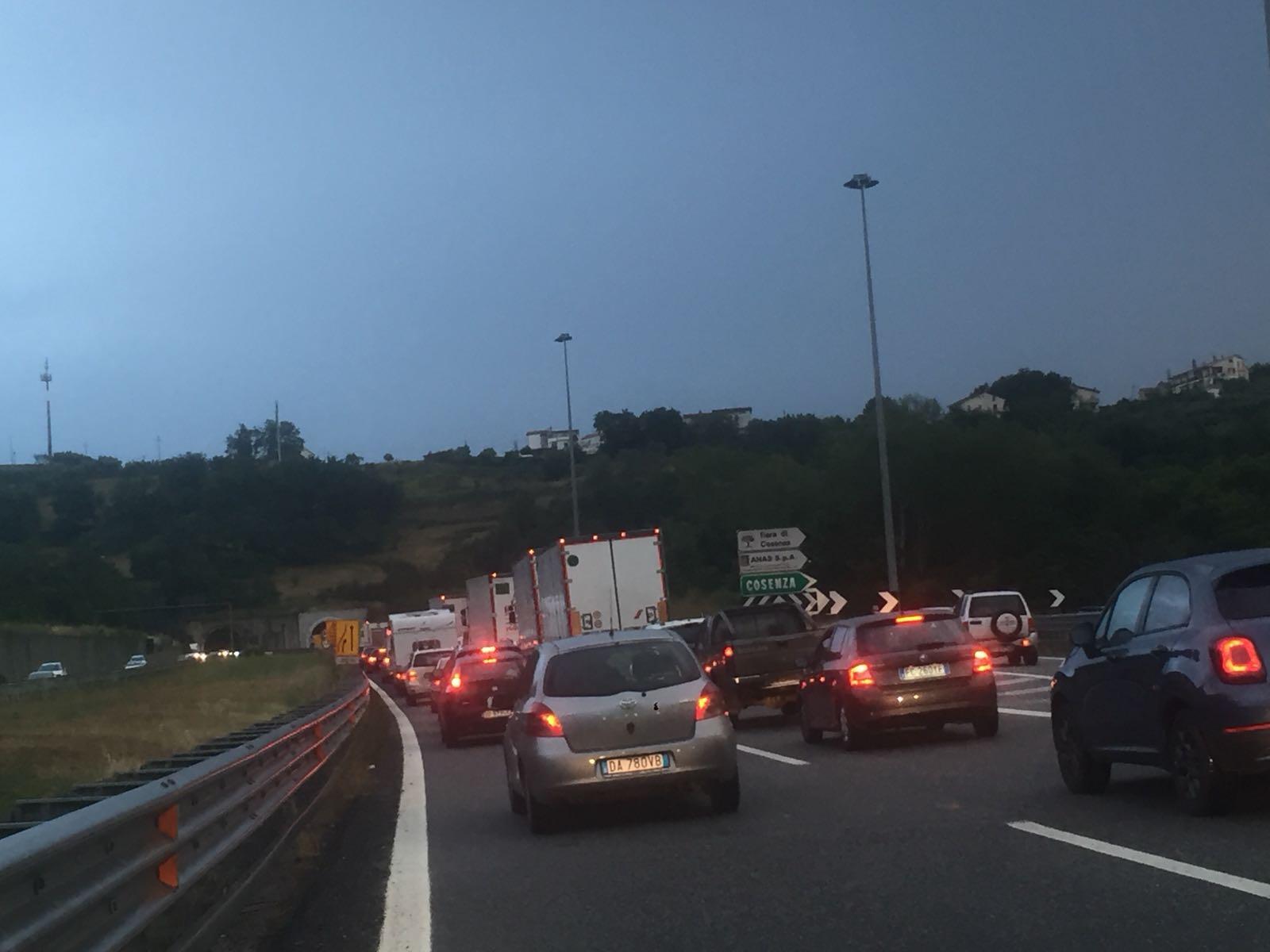 Incidente sull'autostrada del Mediterraneo nel CosentinoFerite alcune persone, lunghe file per gli automobilisti