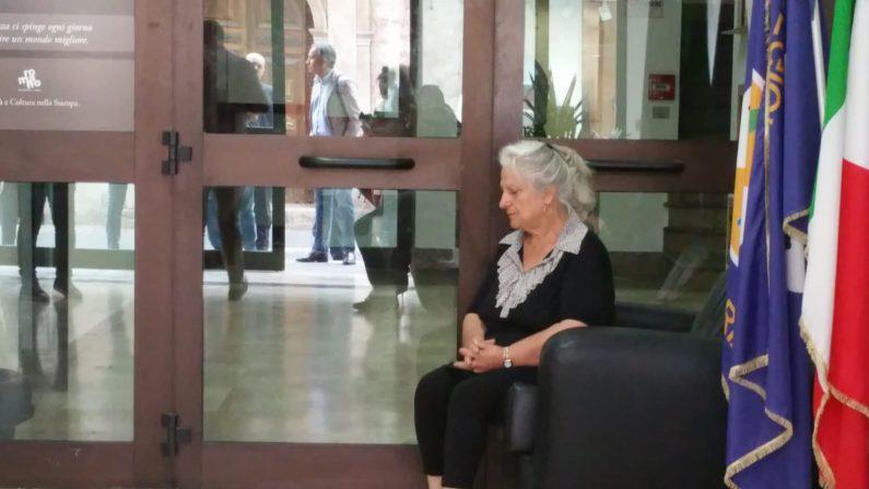 Omicidio Vinci, protesta di Rosaria Scarpulla in prefetturaIl suo avvocato prende a calci la porta d'ingresso
