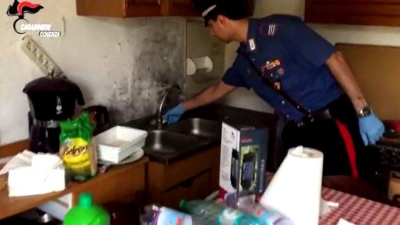 VIDEO - Abbandona la moglie disabile tra rifiuti ed escrementi: il video del sopralluogo nella casa