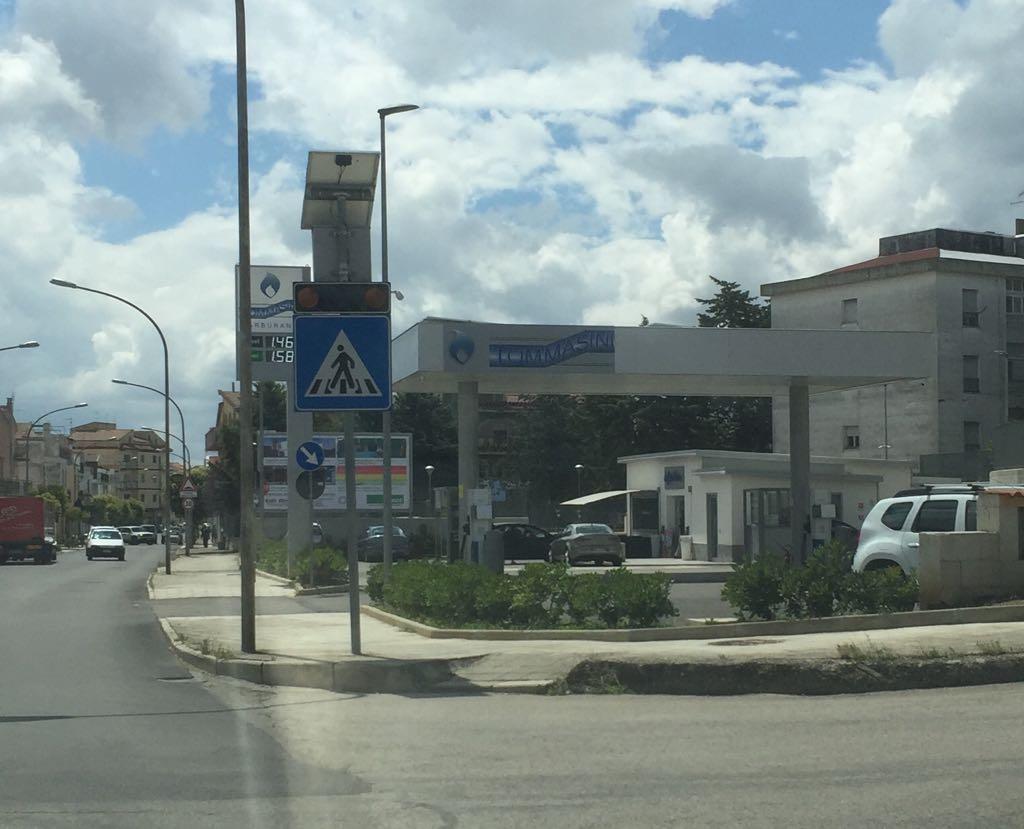 Banda armata assalta la stazione di servizio di Irsina: in 4 minuti svaligiate casse e contenitori dei Gratta&Vinci