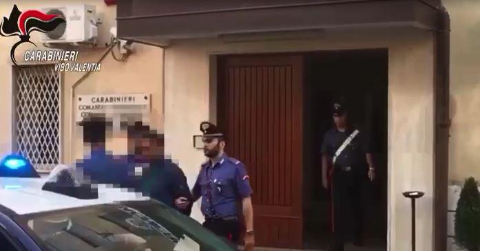 VIDEO - Immigrato ucciso nel Vibonese, l'uomo fermato esce dalla caserma