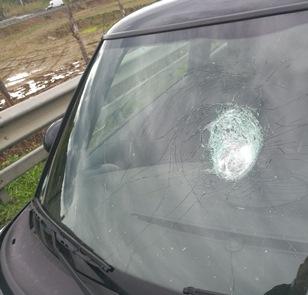 Lamezia, sassi dal cavalcavia in autostrada  individuato l'autore dei lanci: è un minore