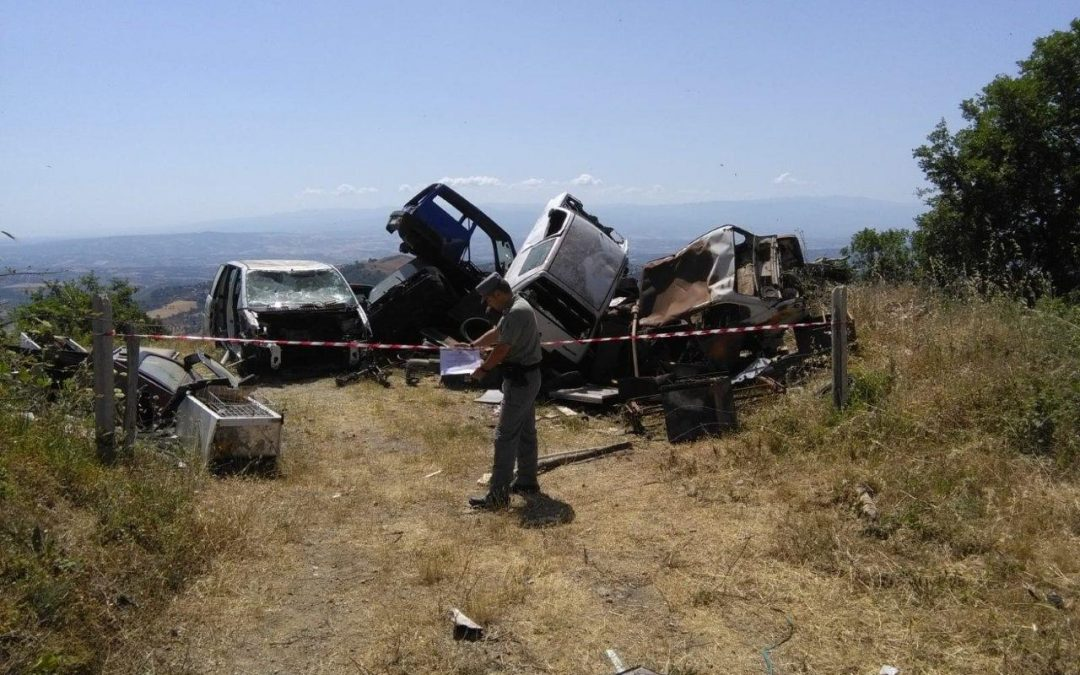 Scoperta una discarica abusiva in provincia di Cosenza  Oltre 400 metri quadrati di rifiuti, due persone denunciate