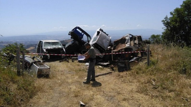 Scoperta una discarica abusiva in provincia di CosenzaOltre 400 metri quadrati di rifiuti, due persone denunciate