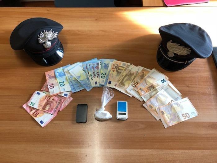 Calci ai carabinieri per gettare la droga, 24enne arrestato nel Potentino