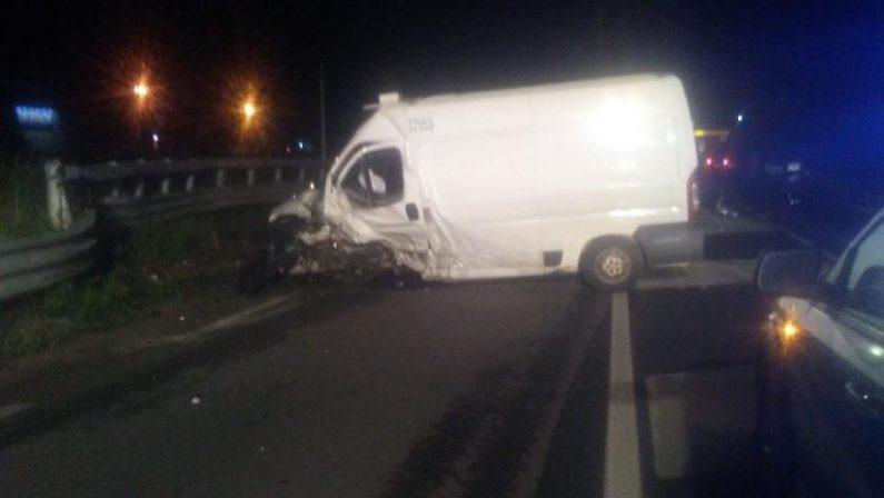 Incidente sulla 106 nell'area di Corigliano RossanoMorto un uomo nello scontro tra un'auto e un furgone