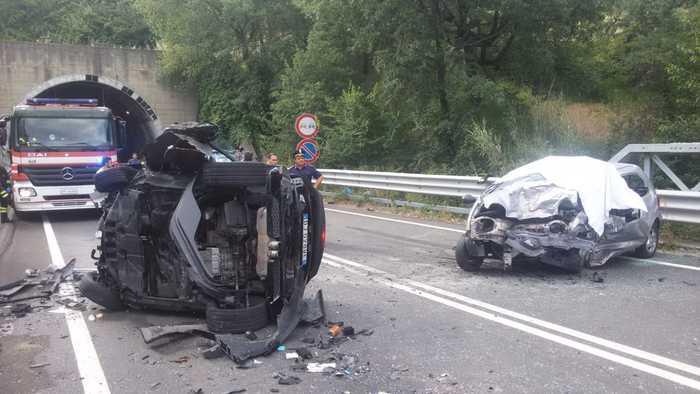 Scontro frontale tra due auto sulla strada statale 107Nel Cosentino morti un ventuduenne e un sedicenne