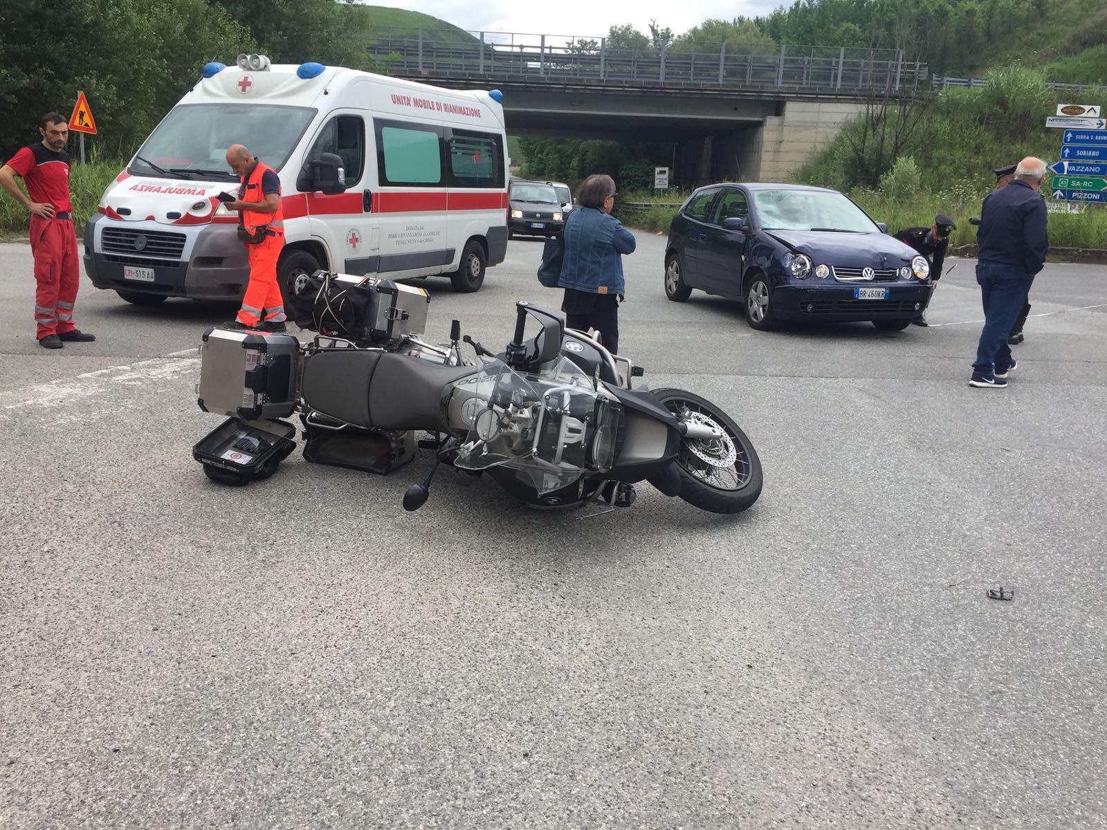 Scontro tra una moto e un'auto nelle SerreGrave una donna ricoverata in prognosi riservata