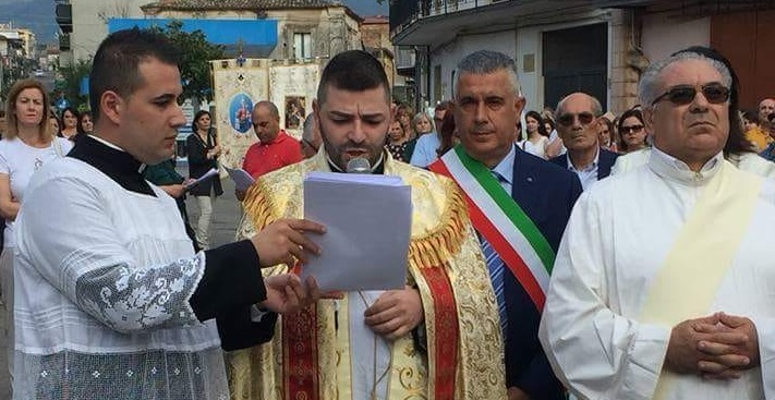 In migliaia in festa per il nuovo Santo di VarapodioL'abbraccio per l'effigie di San Michele Arcangelo