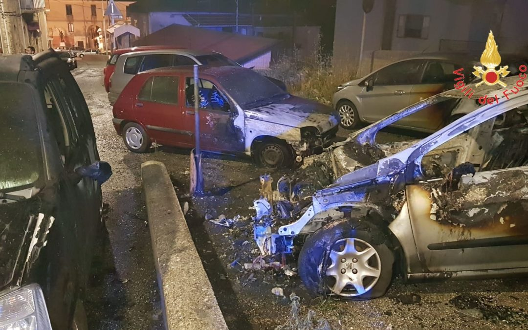 Notte di fuoco a Catanzaro, sei auto incendiate  Avviate le indagini, non si esclude alcuna pista
