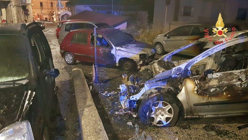Notte di fuoco a Catanzaro, sei auto incendiateAvviate le indagini, non si esclude alcuna pista