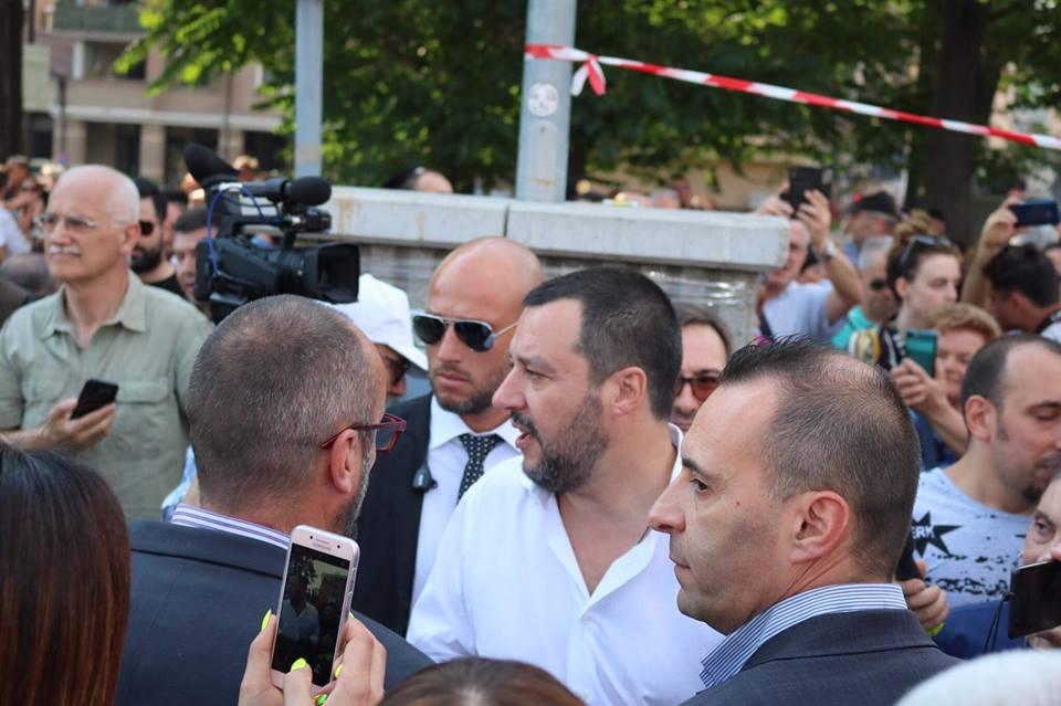 Salvini pubblica il video di un intervista contro il sindaco Lucano  Scoppia la polemica, l'opposizione: «È un uomo vicino ai clan»